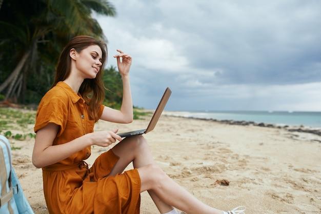 Mulher ao ar livre com laptop praia tropical ilha luxo palmeiras exóticas