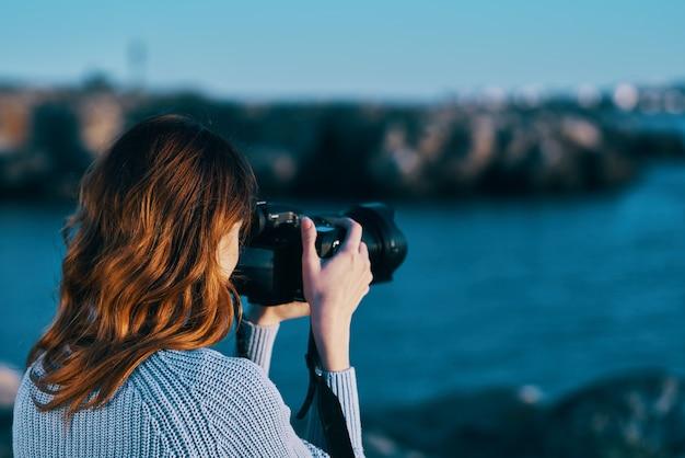 Mulher ao ar livre e paisagem de montanhas rochosas com câmera profissional