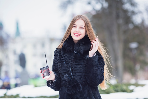 Mulher, ao ar livre, em, inverno