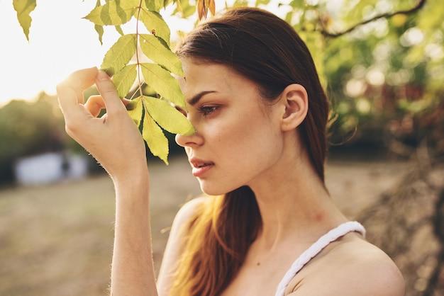 Mulher ao ar livre, folhas verdes, liberdade, lazer, estilo de vida