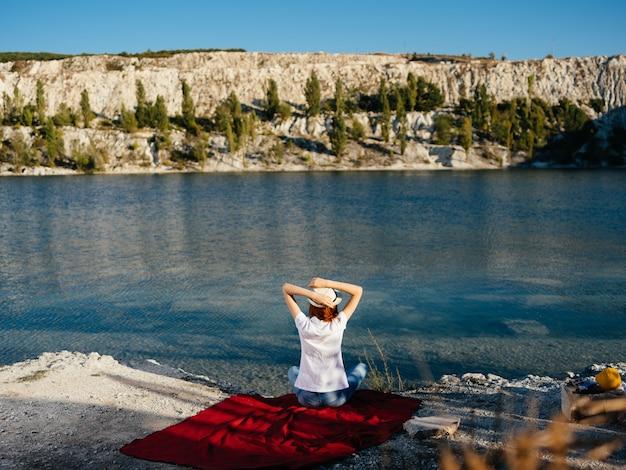 Mulher ao ar livre na aventura de viagens de férias da margem do rio. foto de alta qualidade