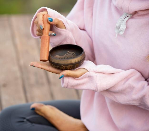 Mulher ao ar livre segurando uma tigela de canto