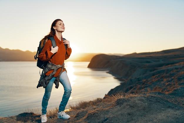 Mulher ao ar livre, viagem no horizonte, férias, montanhas, diversão