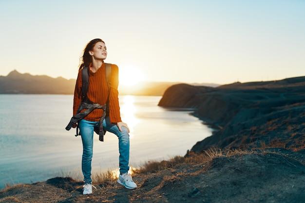 Mulher ao ar livre, viajar mochila férias pôr do sol estilo de vida