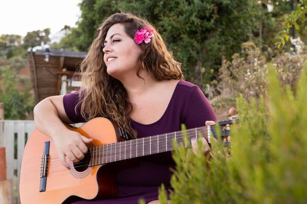 Mulher, ao ar livre, violão jogo