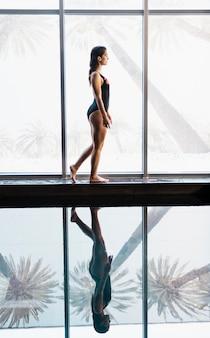 Mulher, ao lado, para, piscina, em, spa