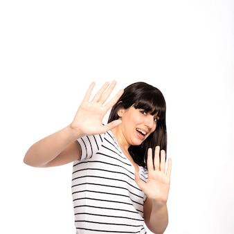 Mulher apavorada, gesticulando com as mãos