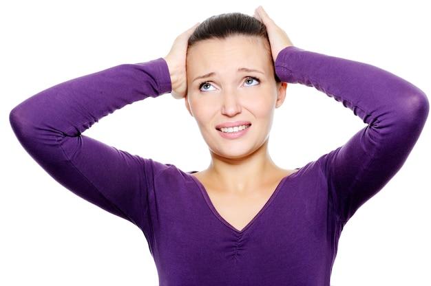 Mulher aperta a cabeça com forte dor de cabeça