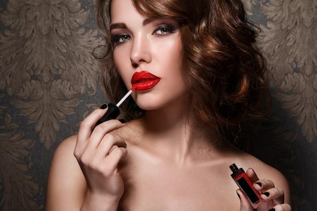 Mulher, aplicando batom vermelho