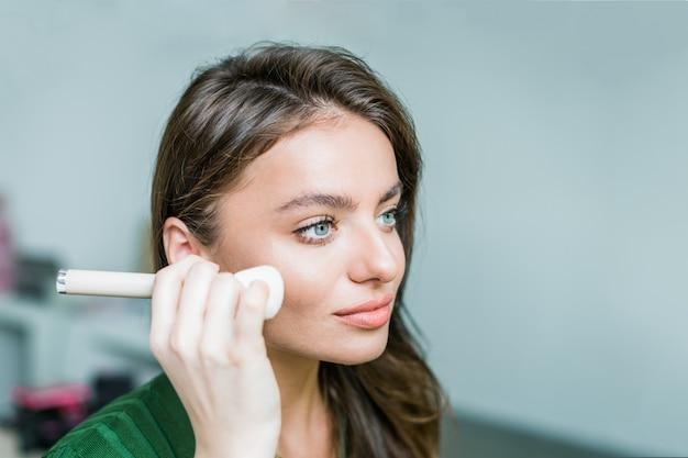 Mulher, aplicando cosmético
