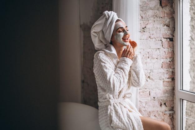 Mulher, aplicando, facial, maskin, banheiro