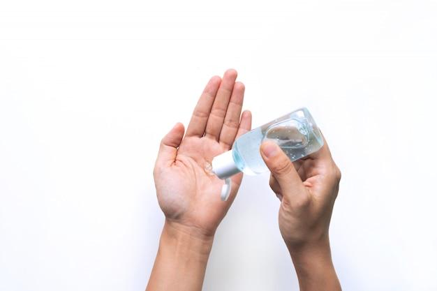 Mulher aplicando gel desinfetante na mão para proteção contra vírus infeccioso