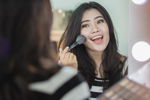 Mulher, aplicando maquiagem
