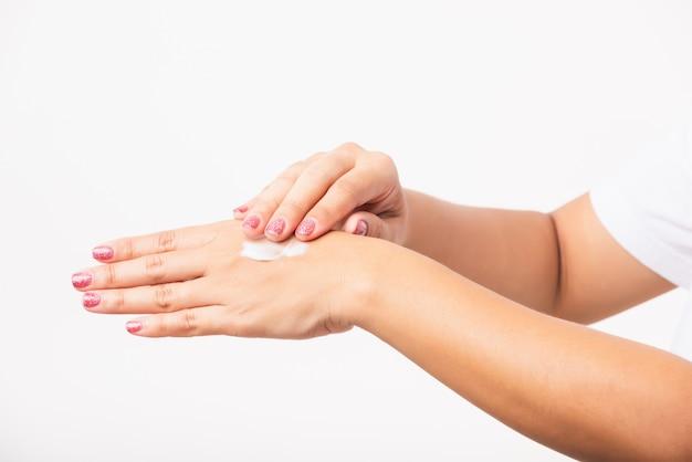 Mulher aplicar creme hidratante cosmético loção nela atrás da mão de pele de palma