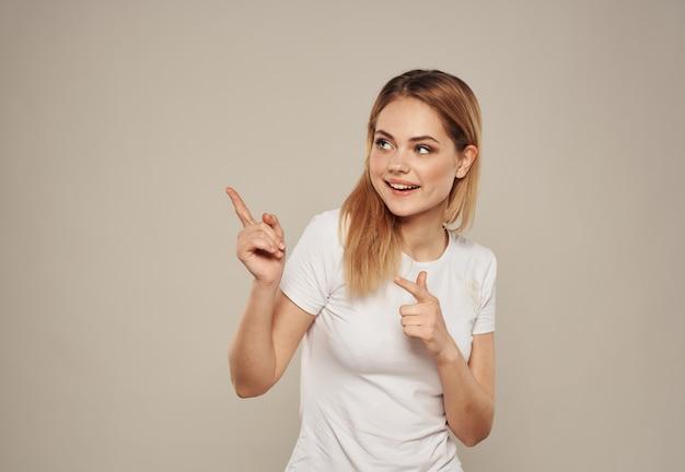 Mulher aponta o dedo para o modelo de emoções divertido copy space