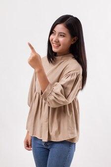 Mulher apontando a mão, modelo asiático