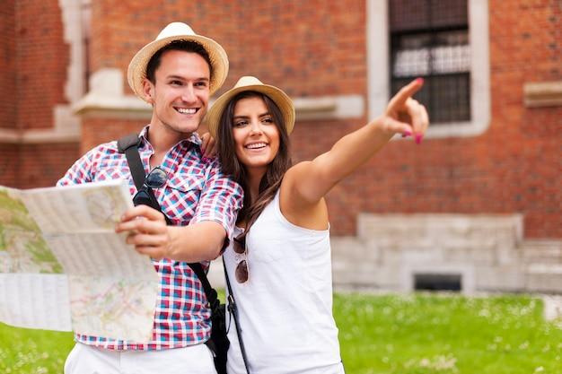 Mulher apontando algo para o namorado durante um passeio