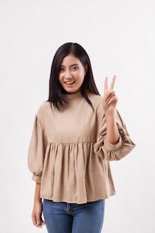 Mulher apontando dois dedos, gesto de mão número dois, modelo de mulher árabe asiática