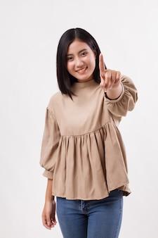 Mulher apontando o número 1 para cima, modelo árabe asiático