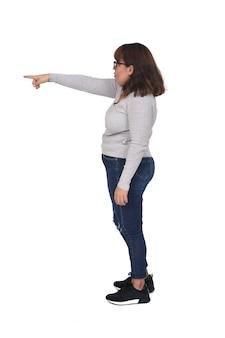 Mulher apontando um dedo na frente, isolado no fundo branco