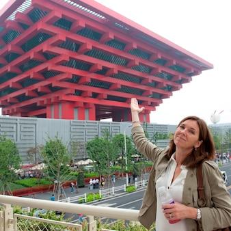 Mulher, apontar, china, pavilhão, em, shanghai mundo expo, shanghai, china
