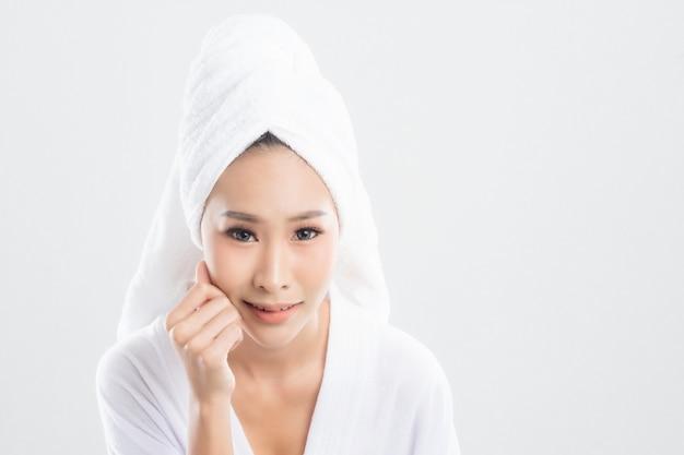 Mulher após o banho com a pele limpa e perfeita.