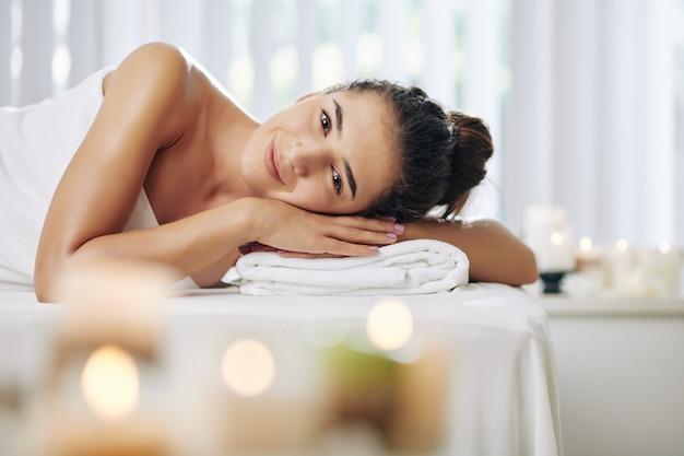 Mulher após relaxante tratamento de spa