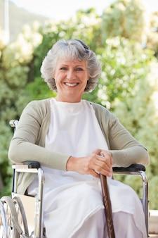 Mulher aposentada com sua bengala