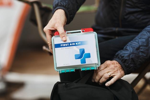 Mulher aposentada em viagem com kit de primeiros socorros