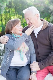 Mulher aposentada tocar o queixo de seu marido