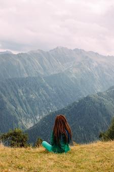 Mulher, apreciando a vista na montanha