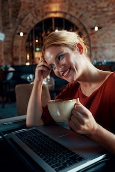Mulher apreciando café e filme