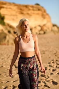 Mulher, apreciando o pôr do sol em uma bela praia