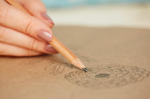 Mulher aprendendo a desenhar