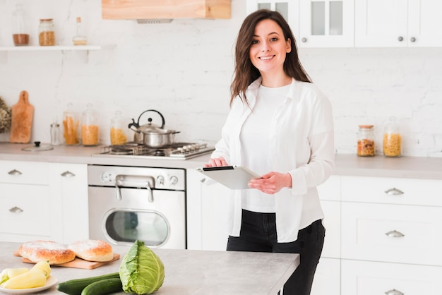 Mulher aprendendo com cursos on-line como cozinhar