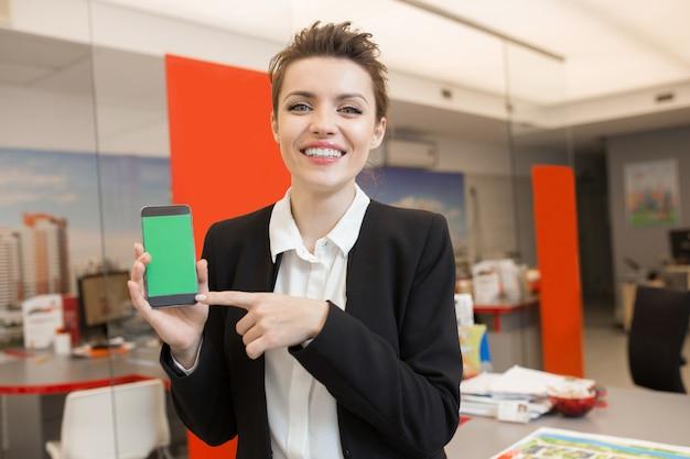 Mulher apresentando imóveis app