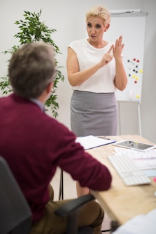 Mulher apresentando os resultados do trabalho