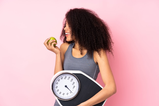 Mulher apta com uma maçã