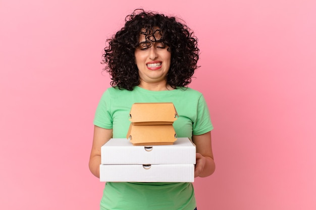 Mulher árabe bonita com caixas de fast food para levar