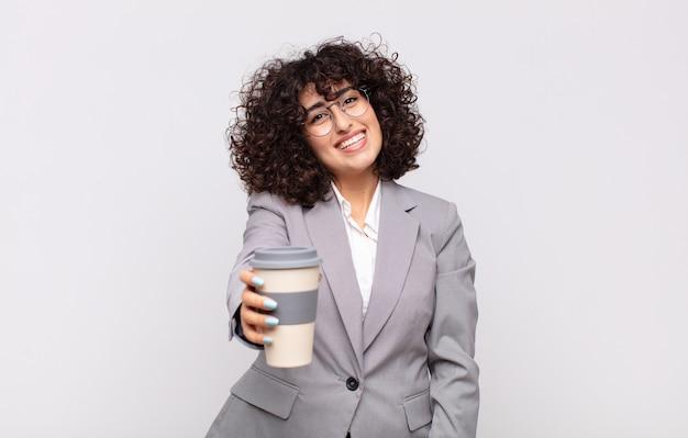 Mulher árabe bonita com um café para viagem.