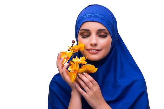 Mulher árabe com flor de orquídea isolada no branco