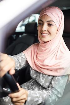 Mulher árabe, dirigindo carro