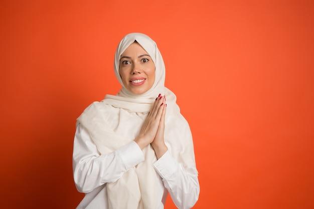 Mulher árabe feliz em hijab