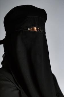 Mulher árabe muçulmana com niqab preto