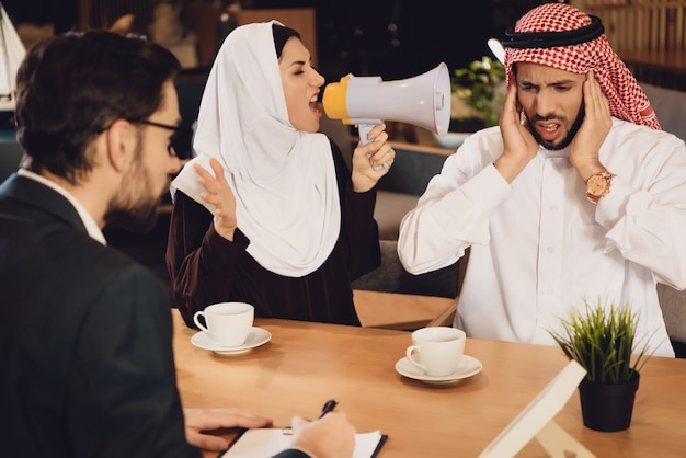 Mulher árabe na recepção do psicoterapeuta grita