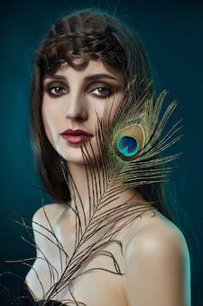 Mulher árabe oriental de penas de pavão
