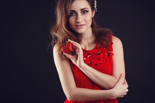 Mulher árabe ou latino-americana bonita no vestido vermelho