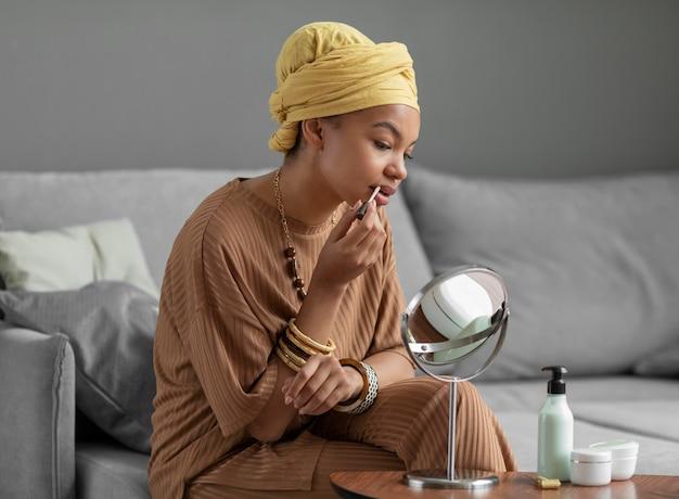 Mulher árabe usando batom. tratamento de beleza