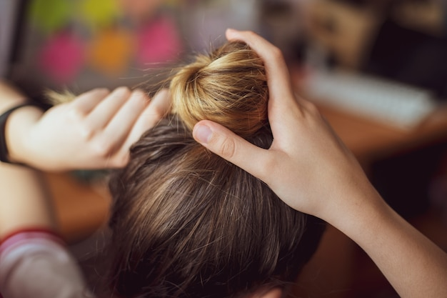 Mulher arrumando cabelo em salão de cabeleireiro