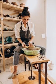 Mulher artesã em uma loja de cerâmica